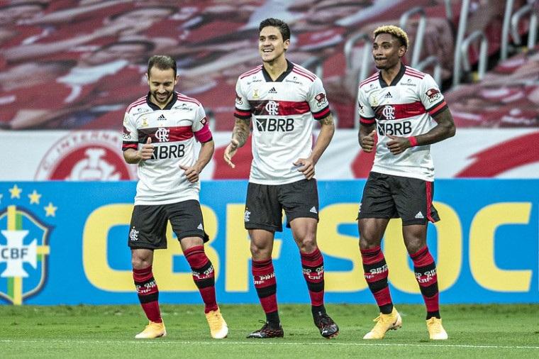 1603668964 Com gol no fim, Flamengo empata com o Internacional por 2 a 2 em jogo eletrizante