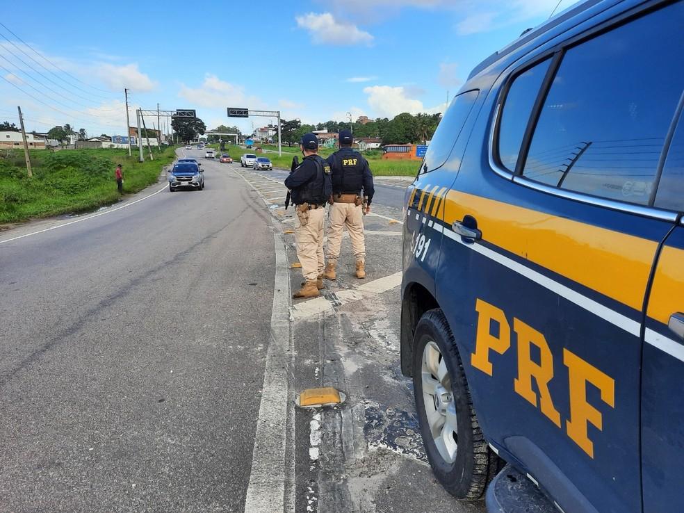 PRF-CARRO Ciclista fica gravemente ferido após acidente com carro, na BR-101, na PB