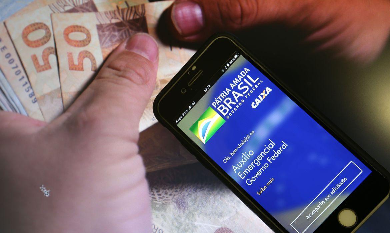 auxilio_emergencial_caixa_1510202279 Caixa paga auxílio emergencial para nascidos em maio