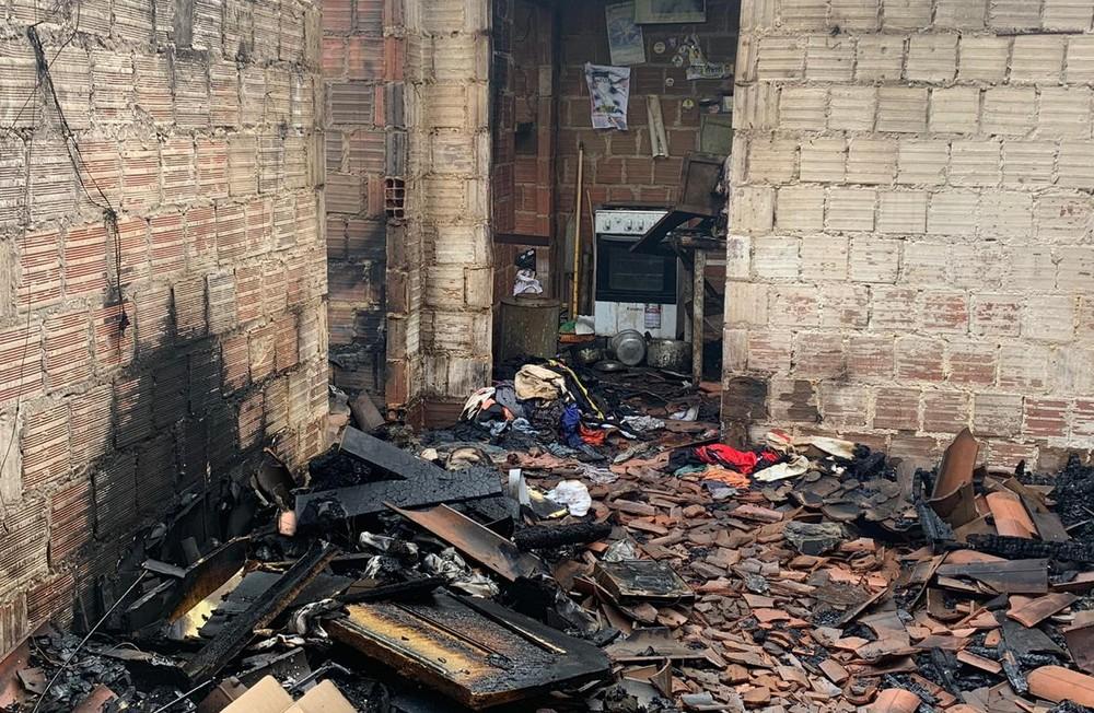 casa-incendio Homem morre carbonizado em incêndio na própria casa na PB
