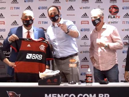 rogerio-ceni-foi-apresentado-no-flamengo-1605026839238_v2_450x337 Rogério Ceni chega ao Flamengo com aval de Zico e diz querer 'ganhar tudo'.