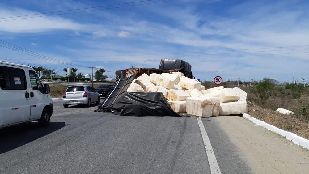 caminhao Caminhão carregado com algodão tomba na BR-230, na PB