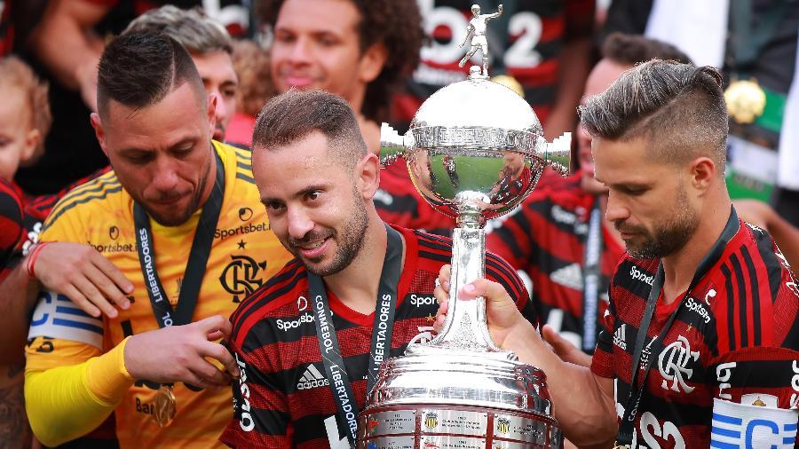 everton-ribeiro-segura-trofeu-de-campeao-da-libertadores-pelo-flamengo-em-2019-1599682779246_v2_900x506 Saída de Diego Alves contraria líderes, e Flamengo vê adeus de outro pilar.