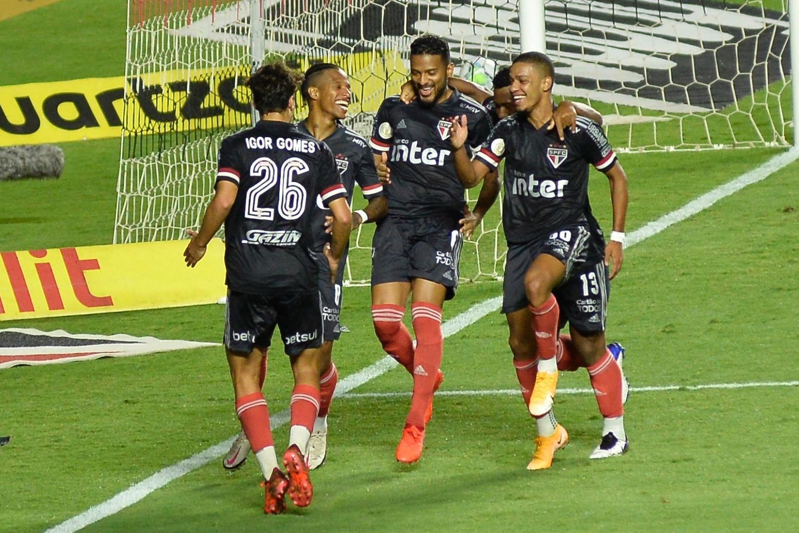 reinaldo-do-sao-paulo-comemora-gol-marcado-contra-o-botafogo-1607566366935_v2_1590x1060 São Paulo atropela Botafogo e abre vantagem na liderança do Brasileirão.