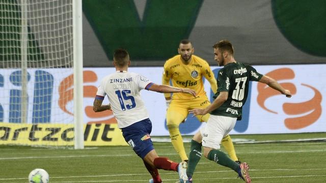 rib4013 Palmeiras resolve no primeiro tempo, vence fácil o Bahia e entra no G4