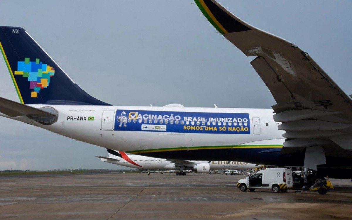 Aviao-com-2-milhoes-de-doses-da-vacina-de-Oxford-chega-ao-Brasil Avião com 2 milhões de doses da vacina de Oxford chega ao Brasil