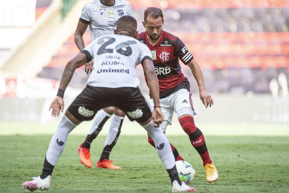 everton-ribeiro-contra-o-ceara Pontaria prejudica o Flamengo, que nos últimos três jogos finalizou 51 vezes e fez só um gol