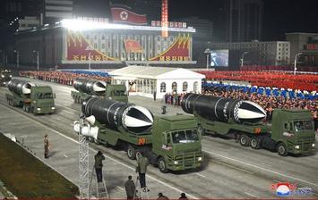 misseis-balisticos-lancados-por-submarino-durante-um-desfile-militar Coreia do Norte exibe míssil balístico em parada: 'arma mais poderosa do mundo'