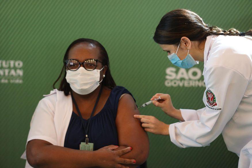 primeira_vacinada_-_futurapress_folhapress Quem tem prioridade? A vacina é gratuita? Veja perguntas e respostas sobre a vacinação contra a Covid no Brasil