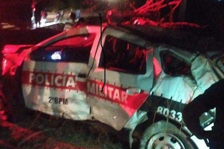 09-50-53-viatura-1 Três policiais ficam feridos após capotar viatura da PM na PB