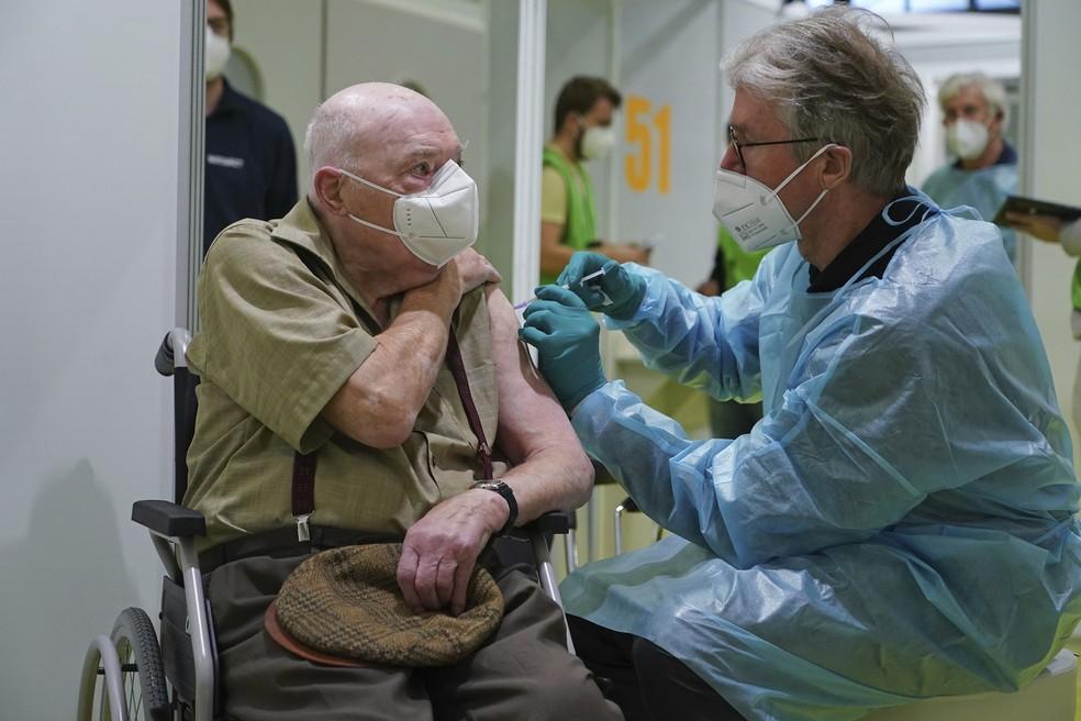 ap21018354186615 Preocupada com variantes da Covid, OMS pede vacinação mais rápida na Europa