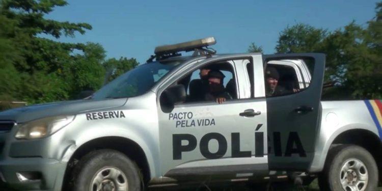 carro-pm-pernambuco PM recupera carga de cerveja roubada e prende suspeitos em Sertânia