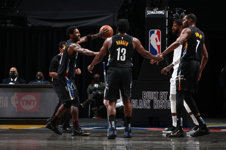 gettyimages-1230938104 Com 90 pontos do trio Irving-Durant-Harden, Nets vencem Clippers em duelo emocionante