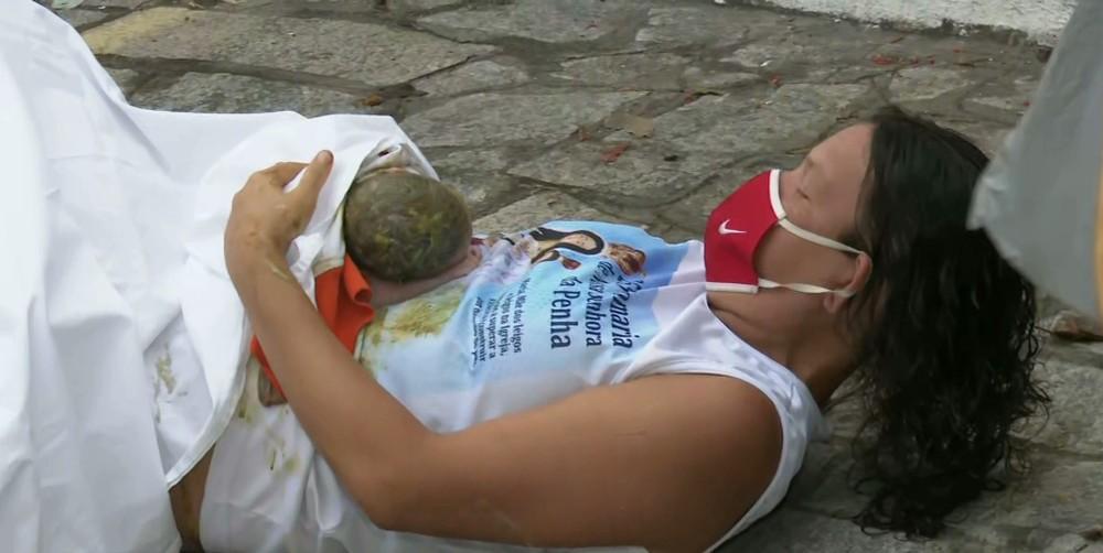 mulher-parto Mulher dá à luz em calçada a caminho de hospital na PB