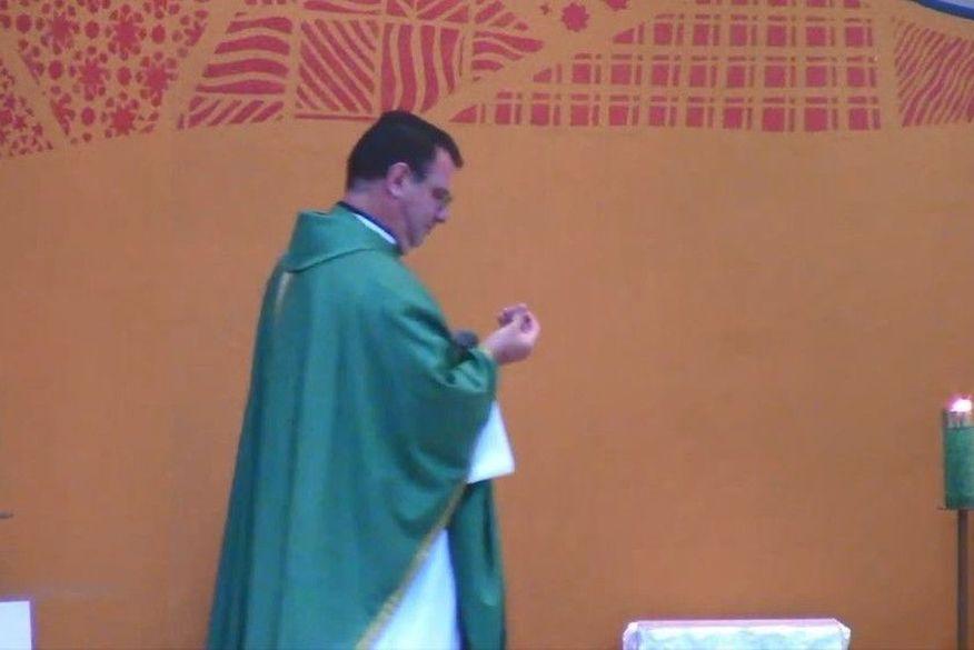 padre Bala perdida atinge teto de igreja e cai aos pés de padre durante missa