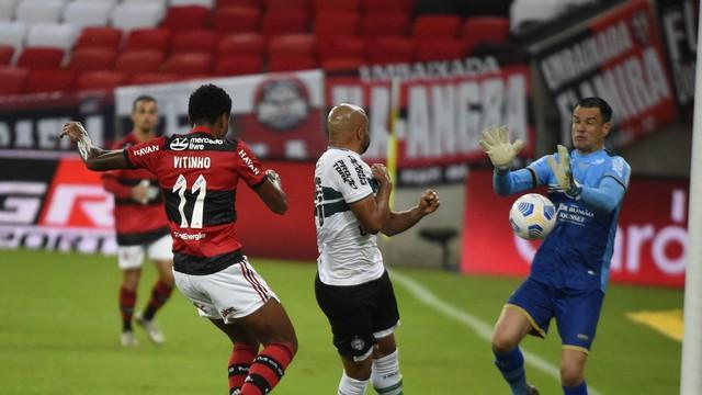 14 Flamengo controla o Coritiba, amplia vantagem e se classifica para as oitavas da Copa do Brasil