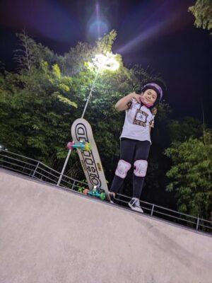 3cc9f45a-931a-483e-a4ce-e05540c3bbdd-300x400 Inspirada por Rayssa Leal, pilota de motocross de 6 anos começa a praticar skate: 'o estilo dela é muito top'