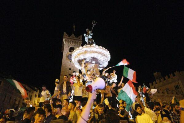 italianos-fazem-festa-em-trento-apos-titulo-da-eurocopa-1626089793925_v2_1920x1280-599x400 Comemoração na Itália sai do controle e termina com mortos e feridos