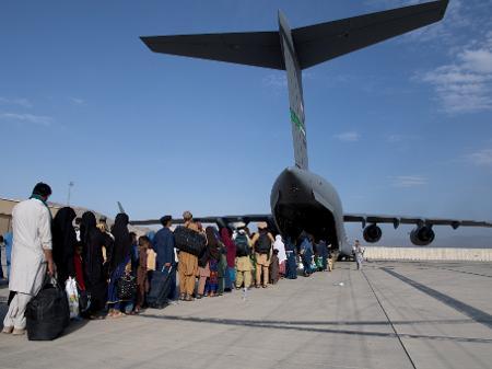 24082021-evacuacao-no-aeroporto-de-cabul-1629969915379_v2_450x337 EUA, Reino Unido e Austrália alertam para risco de atentado no aeroporto de Cabul
