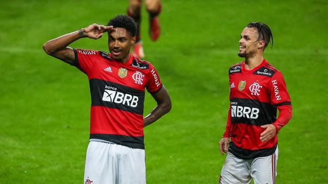 agif21082523334859 Flamengo perde Isla por expulsão, mas atropela o Grêmio e abre vantagem nas quartas da Copa do Brasil