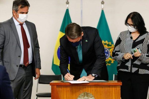 bolsonaro-12-599x400 Bolsonaro sanciona lei que regulamenta transformação de times de futebol em empresas