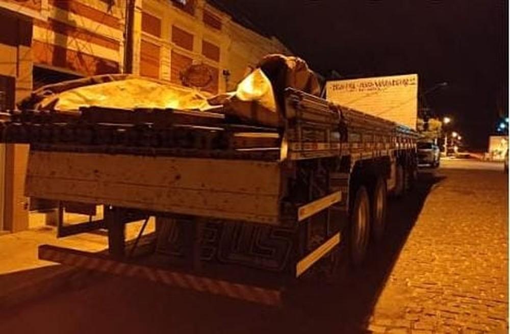 caminhao-com-54-barras-de-trilhos-furtados-e-apreendido-em-sertania Caminhão com 54 barras de trilhos furtados é apreendido em Sertânia