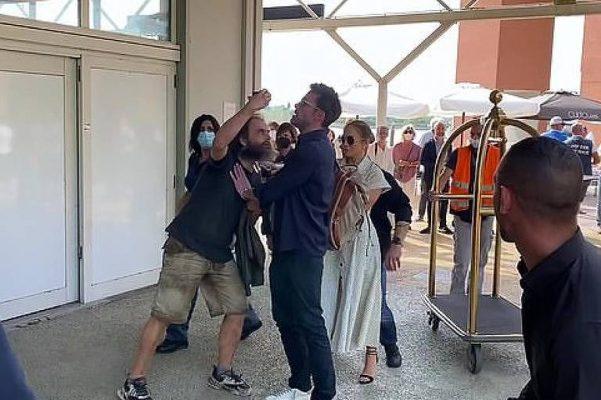 1631481031613e6cc7cf0ca_1631481031_3x2_md-601x400 Ben Affleck empurra fã que tenta tirar selfie com Jennifer Lopez