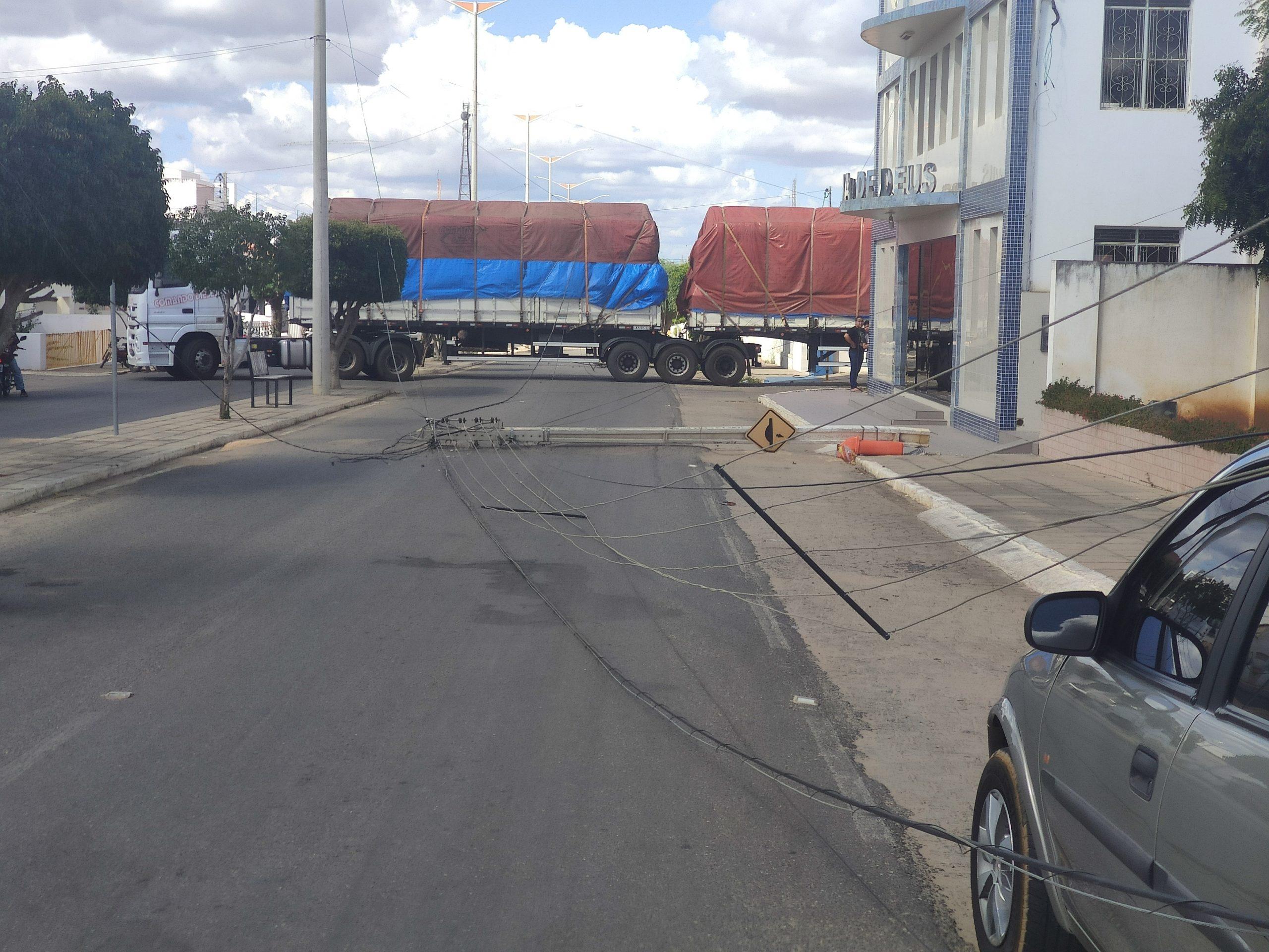 IMG_20210904_140343-scaled Carreta derruba poste e fios de energia em Monteiro