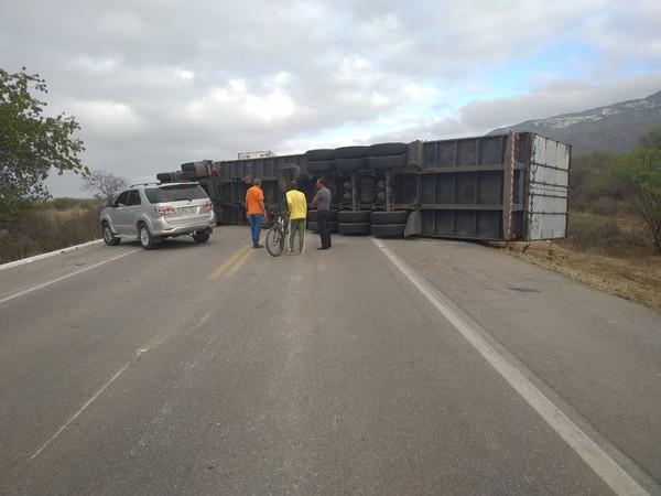 carreta Motorista perde controle de caminhão e tomba fechando a via da BR-232, em Sertânia