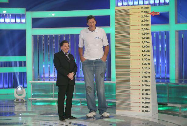 csm_SilvioSantosDesafio_ninao_7700887978 Homem mais alto do Brasil, Ninão vai amputar perna e faz campanha para comprar prótese