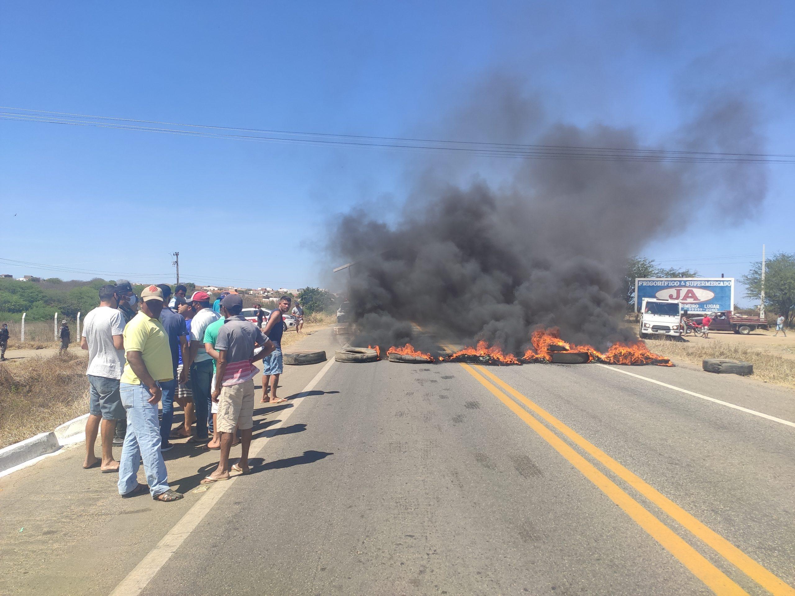 IMG_20211009_090158-scaled Pescadores fecham BR-412 em protesto, pedindo fechamento das comportas do açude de Porções