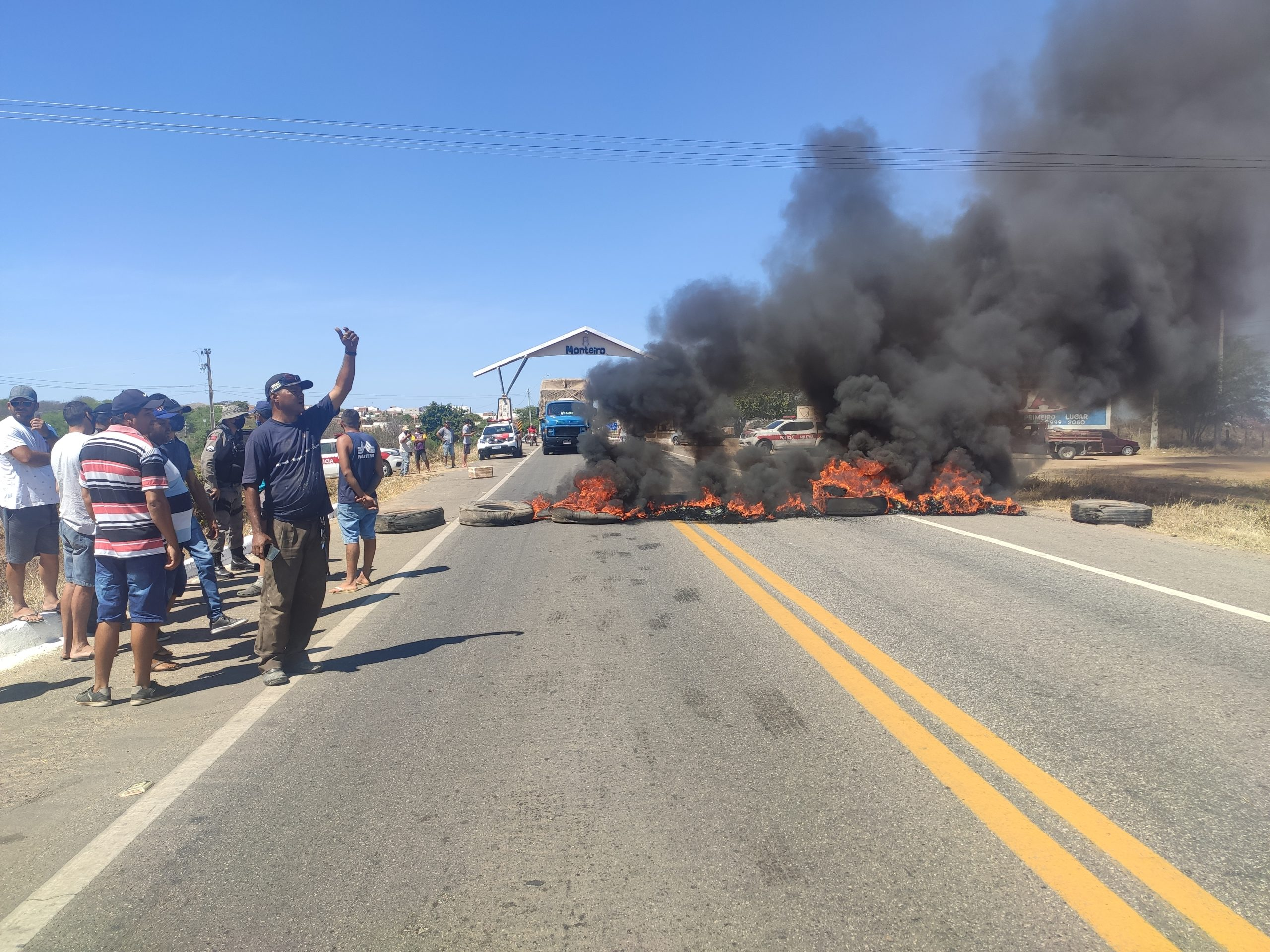 IMG_20211009_090250-scaled Pescadores fecham BR-412 em protesto, pedindo fechamento das comportas do açude de Porções