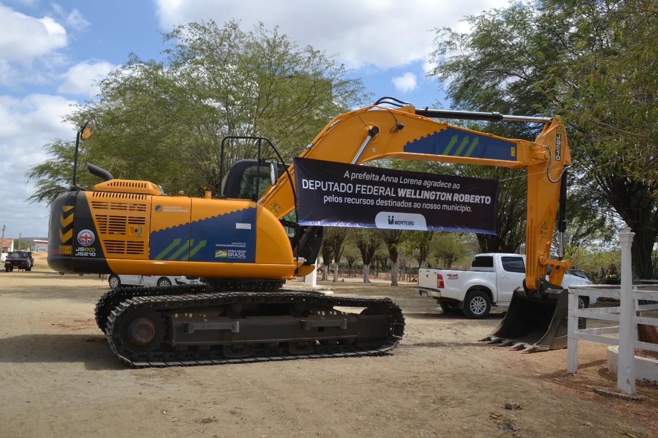 Visita-WR MONTEIRO: Anna Lorena e Wellington Roberto entregam Escavadeira Hidráulica para Zona Rural do Município