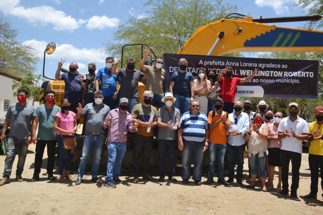 Visita-WR12 MONTEIRO: Anna Lorena e Wellington Roberto entregam Escavadeira Hidráulica para Zona Rural do Município