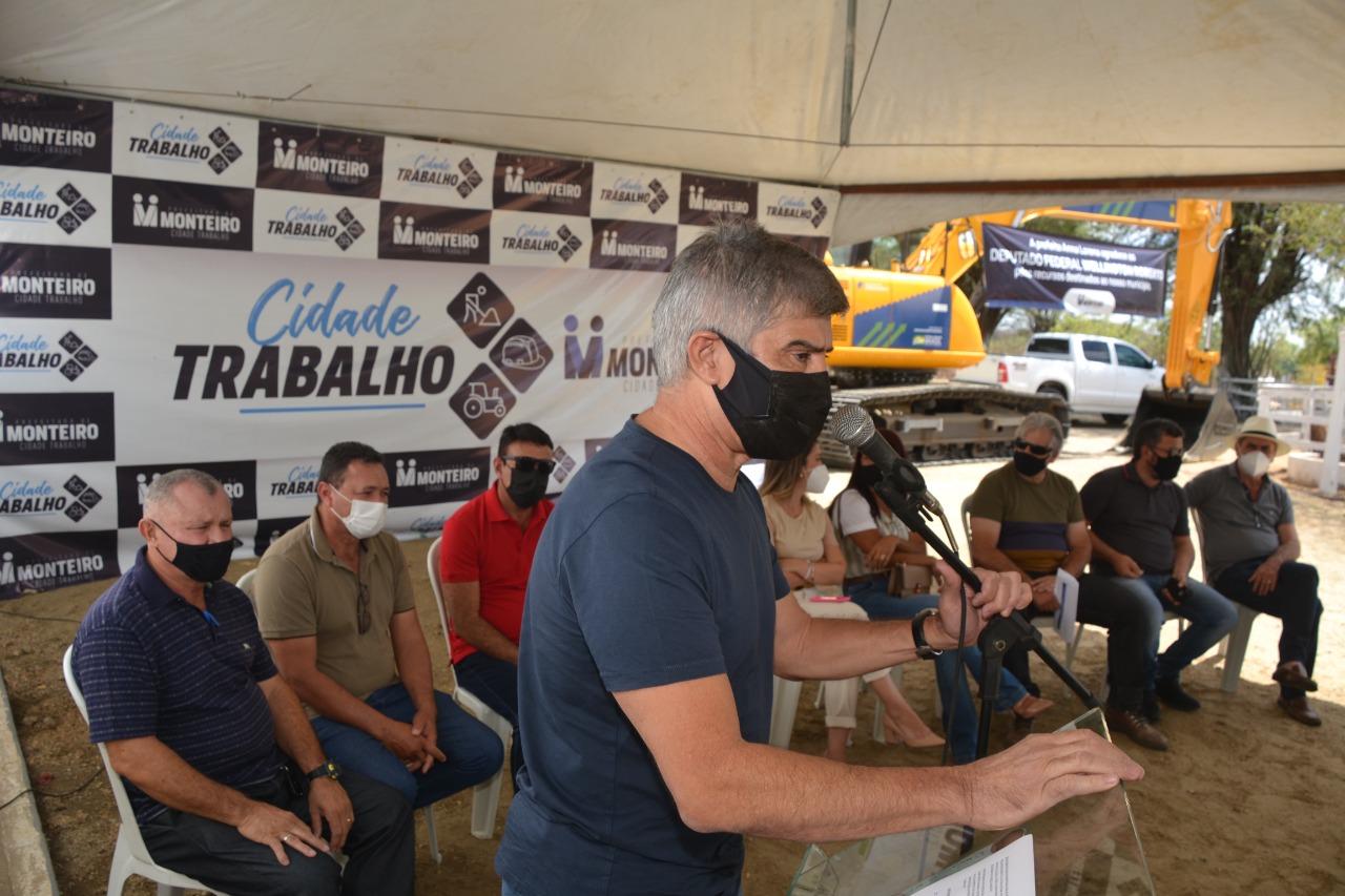 Visita-WR4 MONTEIRO: Anna Lorena e Wellington Roberto entregam Escavadeira Hidráulica para Zona Rural do Município