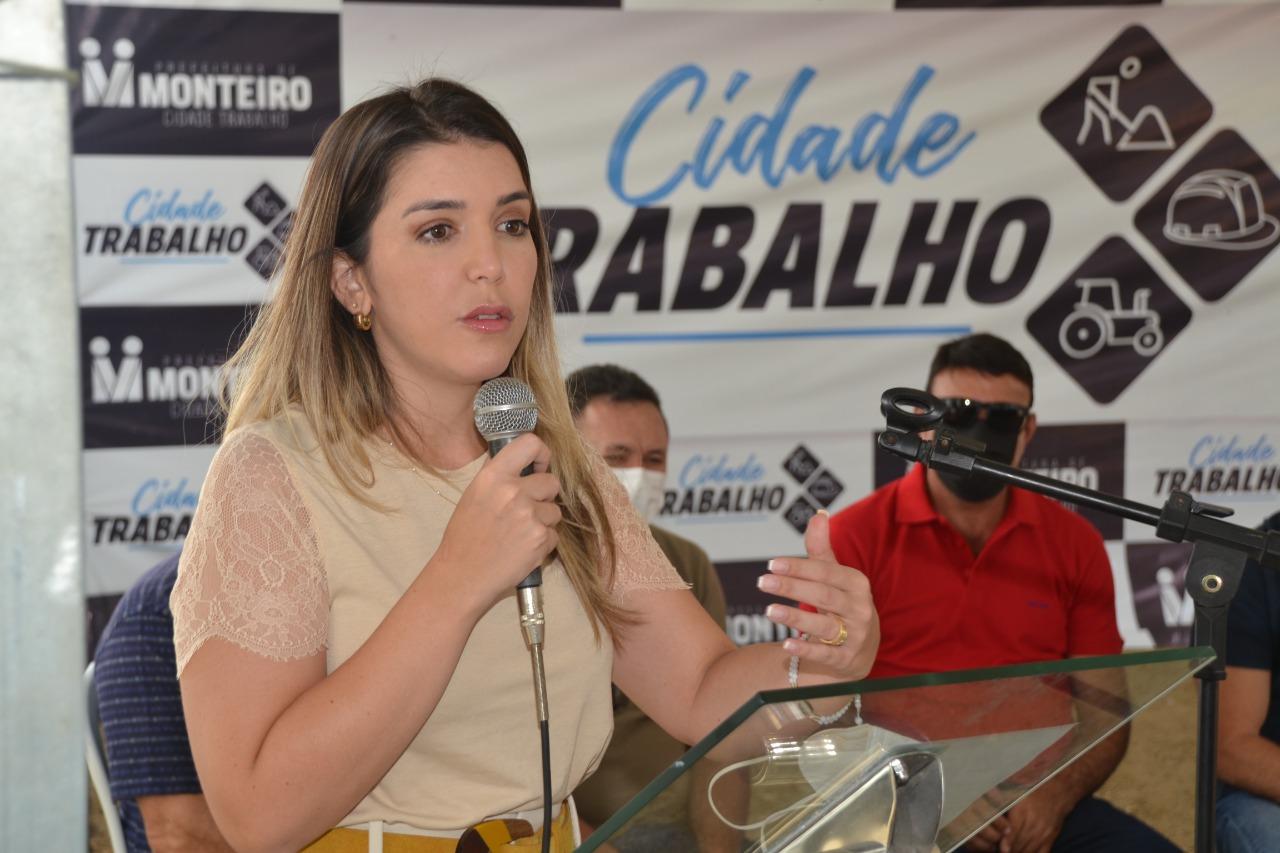 Visita-WR5 MONTEIRO: Anna Lorena e Wellington Roberto entregam Escavadeira Hidráulica para Zona Rural do Município