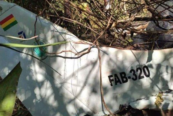queda-aviao-bolivia-09102021171240433-599x400 Queda de avião da Força Aérea da Bolívia provoca morte de 6 pessoas